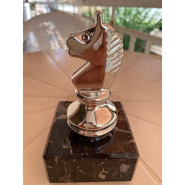 Επαθλο βράβευσης μεταλλικο με θέμα άλογο σε  μαρμάρινη βάση - ασημένιο