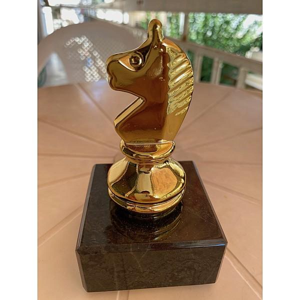 Επαθλο βράβευσης μεταλλικο με θέμα άλογο σε  μαρμάρινη βάση - χρυσό