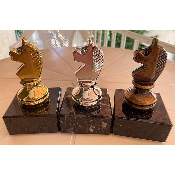 """Τριάδα επάθλων βράβευσης βραβείων με θέμα """"άλογο'  με μαρμάρινη βάση -Χρωματισμός: Χρυσό - ασημένιο - χάλκινο"""