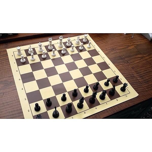 Σκακιέρα βινυλίου 45 Χ 45 εκ. με πλαστικά πιόνια για σκάκι & πουγκί