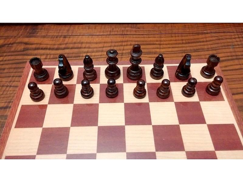 Ξύλινη σκακιέρα με ξύλινα πιόνια  με ύψος Βασιλιά 7.5 εκ.