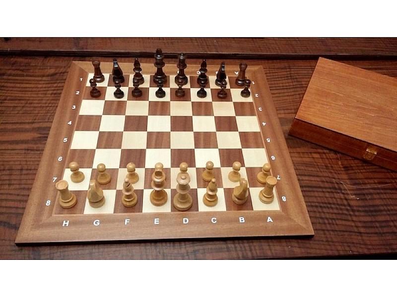 Ξύλινη σκακιέρα με ξύλινα πιόνια  με ύψος Βασιλιά 9 εκ. σε ξύλινη κασετίνα