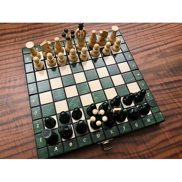 Ξύλινη σκακιέρα γυαλιστερή (glossy) Sereton πράσινη. Διάσταση 24 Χ 24 εκ. με ξύλινα πιόνια