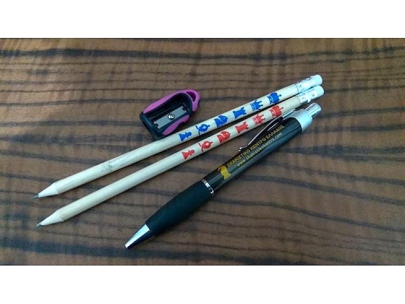 Σετ δύο ξύλινα μολύβια + μαύρο στυλό + ροζ ξύστρα