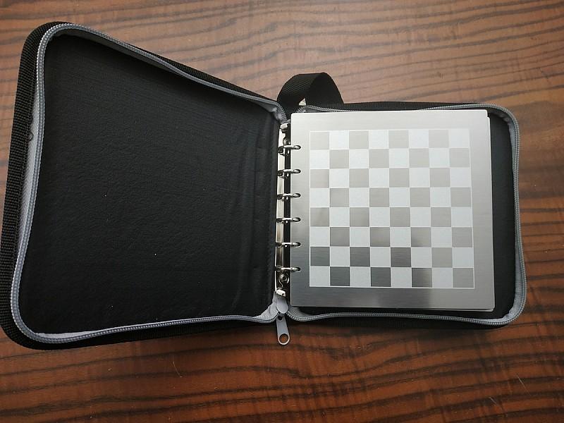 Σκάκι ταξιδίου μαγνητικό αλουμινίου σε φορητή κασετίνα με τάπες πιόνια