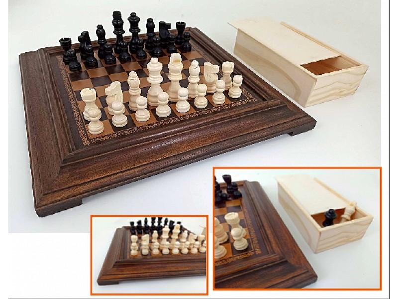 Ξύλινη σκακιέρα με εσωτερική επιφάνεια από δερματίνη , 36 Χ 36 εκ με ξύλινα πιόνια