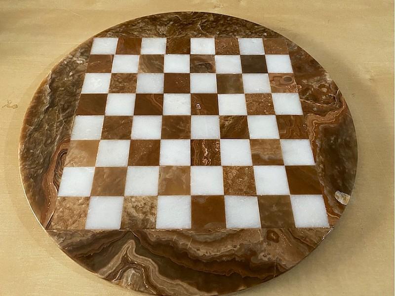 Σκακιέρα από όνυχα στρογγυλή με διάμετρο 35 εκ και μεταλλικό σέτ με θέμα αρχαία ρώμη