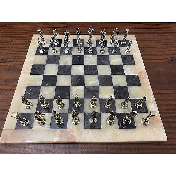 Σκακιέρα από όνυχα  38 Χ 38 εκ. (Χρωματισμός: μελί - μαύρο) και μεταλλικό σέτ με θέμα αρχαία Ελλάδα