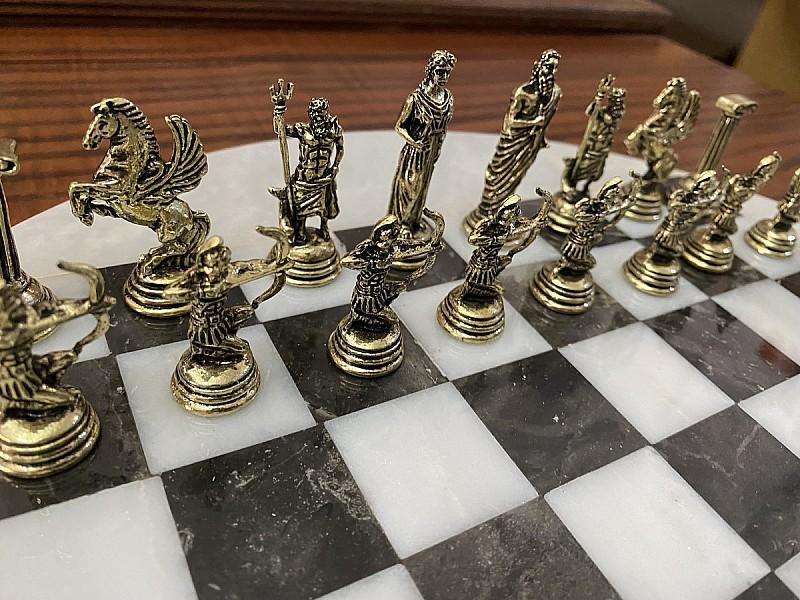 Σκακιέρα από όνυχα στρογγυλή (Ασπρόμαυρη) με διάμετρο 35 εκ και μεταλλικό σέτ με θέμα αρχαία Ελλάδα