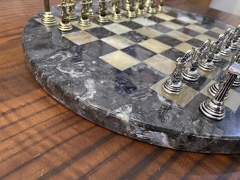 Σκακιέρα από όνυχα στρογγυλή  μαύρη με διάμετρο 35 εκ και μεταλλικό σέτ με θέμα αρχαία Ελλάδα