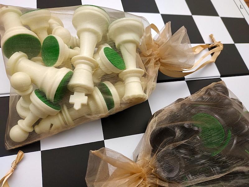 Πλαστικά πιόνια  9.5 εκ.  (με τσόχα, χωρίς έξτρα βάρος) & 2 πουγκιά αποθήκευσης