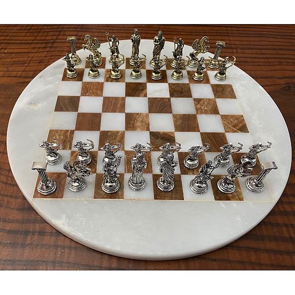 Σκακιέρα από όνυχα στρογγυλή λευκή - καφέ με διάμετρο 35 εκ και μεταλλικό σέτ με θέμα αρχαία Ελλάδα