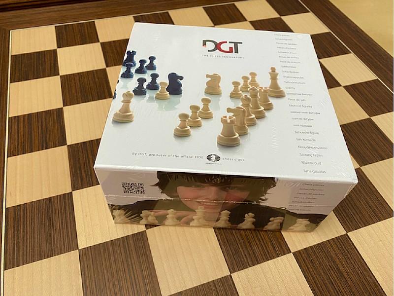 DGT Πλαστικά πιόνια  (σετ σε κουτί) , ύψος βασιλιά 9.5 εκ.