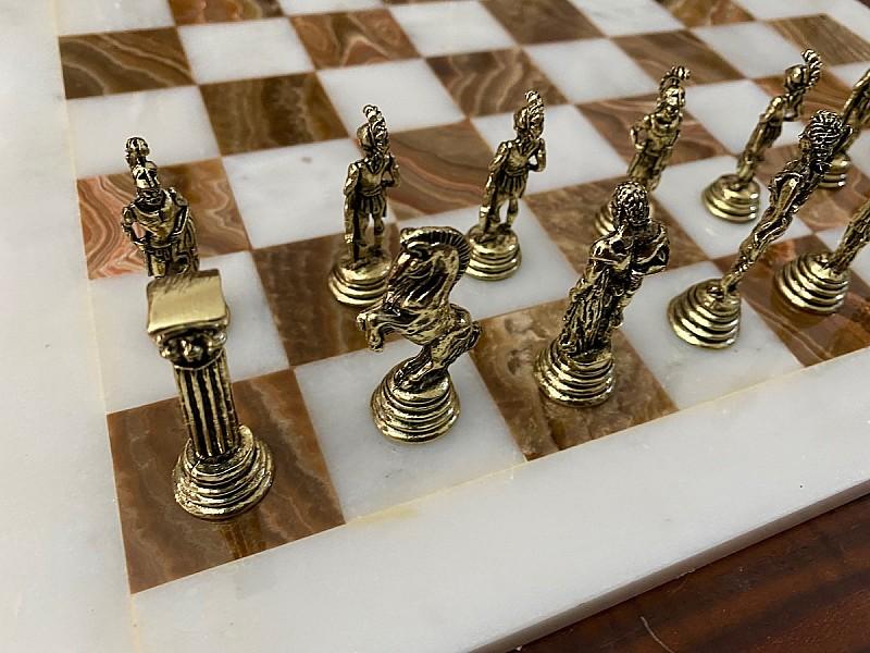 Σκακιέρα από όνυχα  38 Χ 38 εκ. (Χρωματισμός: καφέ - λευκό) και μεταλλικό σέτ με θέμα αρχαία Ελλάδα